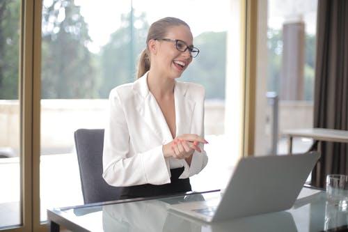 ejecutiva sonriendo frente a computador
