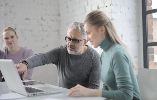 hombre con mujer en computador